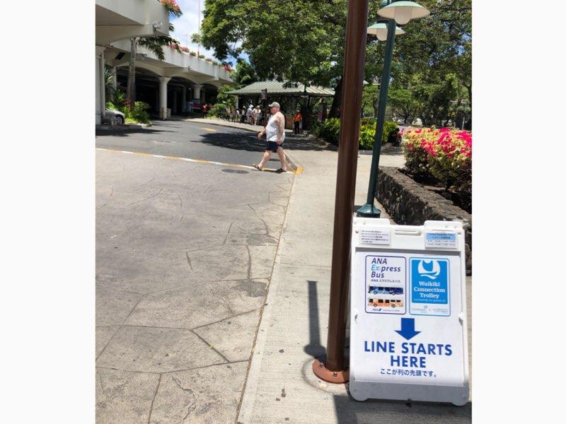 ハワイのANAエクスプレスバスのアラモアナセンターのバス停