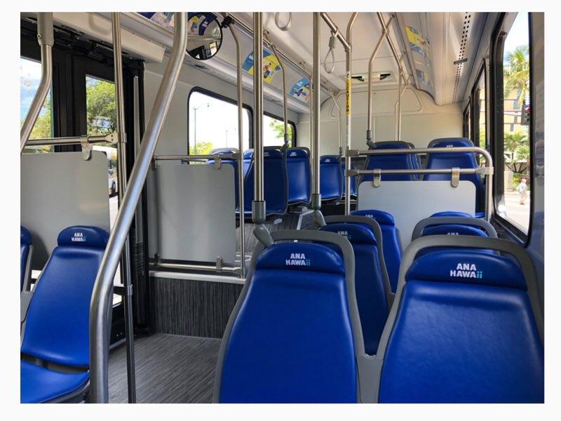 ハワイのANAエクスプレスバスのオレンジ車体の車内シート