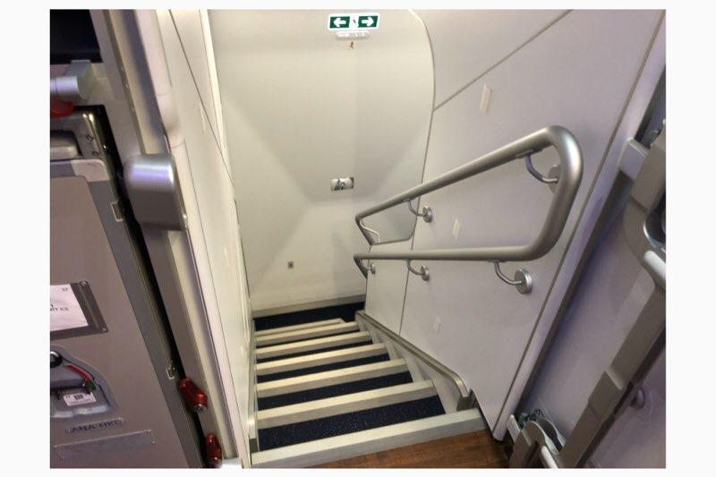 ANAホノルル線A380の2階から1階へ降りる階段