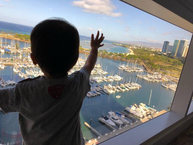 ハワイのプリンスワイキキのオーシャンフロントの客室から見えるバーバービュー