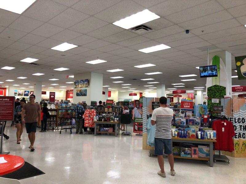 ハワイのワードエリアにあるT.J.Maxxの店内