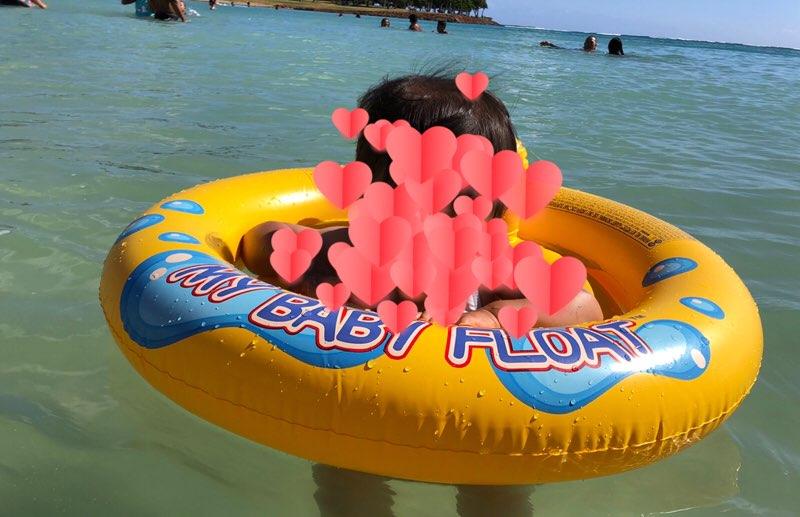 ハワイで現地調達した浮き輪で遊ぶ1歳児