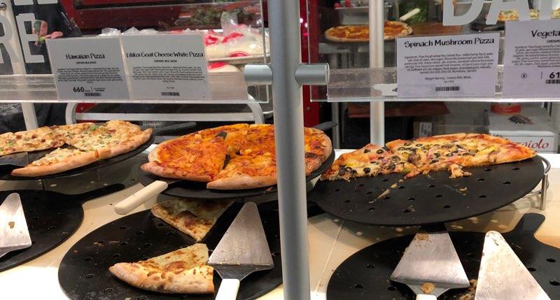 ハワイのワードエリアにあるホールフーズクイーン店のスライスピザ