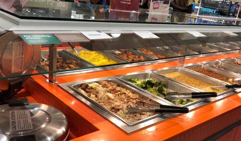 ハワイのワードエリアにあるホールフーズクイーン店の量り売りの惣菜