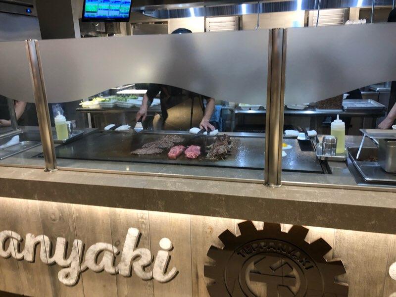 ハワイのアラモアナセンターにある鉄板焼きファーマーのオープンキッチン