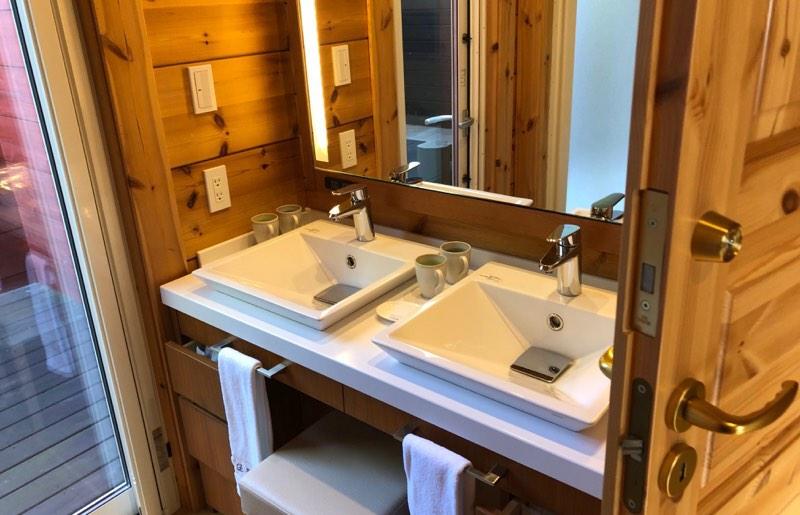 ザ・プリンス・ヴィラ軽井沢のテラスタイプのメインベッドルーム横のパウダールーム