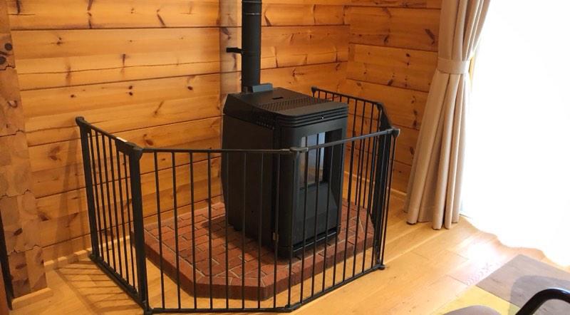 ザ・プリンス・ヴィラ軽井沢のテラスタイプのリビングルームの暖炉