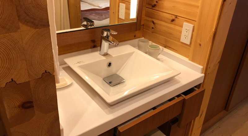 ザ・プリンス・ヴィラ軽井沢のテラスタイプのサブベッドルーム横のパウダールーム