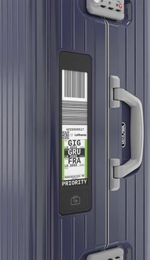 電子タグが実際に表示した時の画像です。空港のチェックインカウンターでスーツケースに張り付けられる従来のタグが、この電子ディスプレイに同じ内容で表示されます。表示された内容はスマートフォン上で確認ができ、いつでもスーツケースの居場所もチェックできる優れものです。
