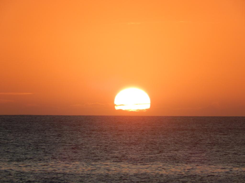 地平線に沈む夕日。ワイキキに居ては見れないふうけい風景です。