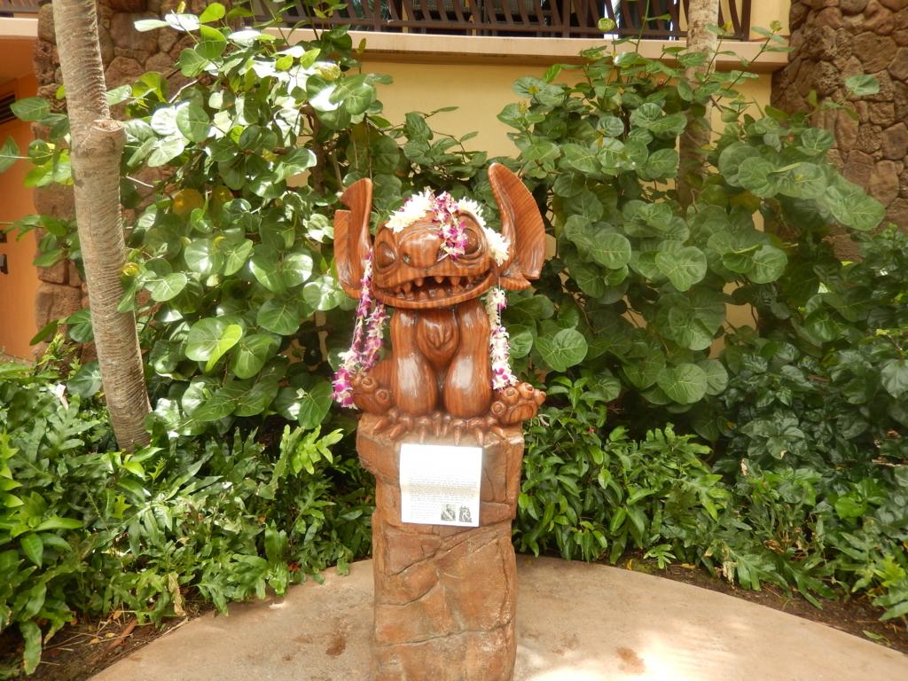 アウラニディズニーリゾートの敷地内を歩いているとハワイでお馴染みのスティッチ像を発見しました。