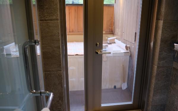 翠嵐「渡月」のシャワールームから温泉露天風呂へ