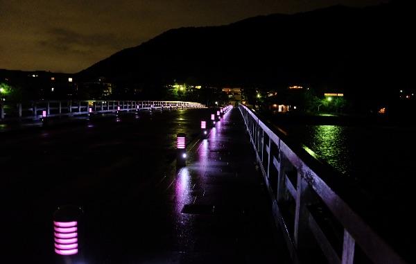 雨に濡れた夜の渡月橋