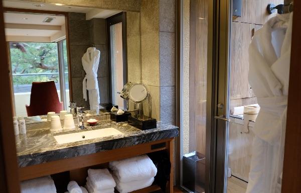 翠嵐のスイートルーム「暁露」の洗面所