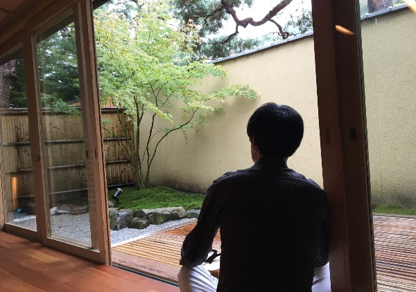 翠嵐の「京月琴」の専用庭を眺める