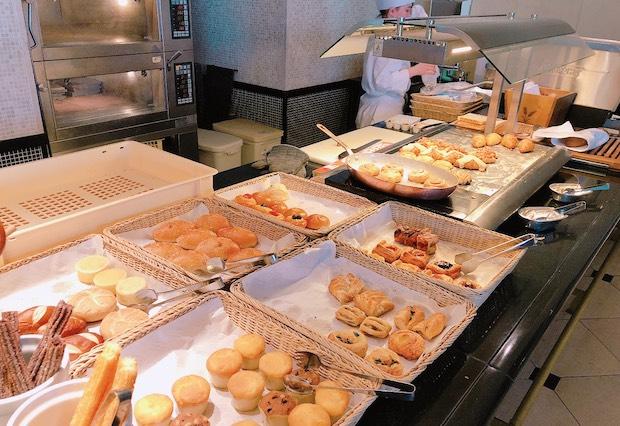 ザ・テラスの朝食ビュッフェの焼きたてパン