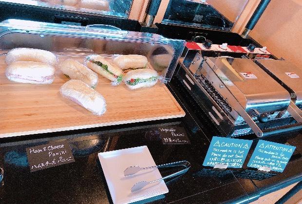 エグゼクティブ・クラブ・ラウンジでお昼時に提供されるパニーニ