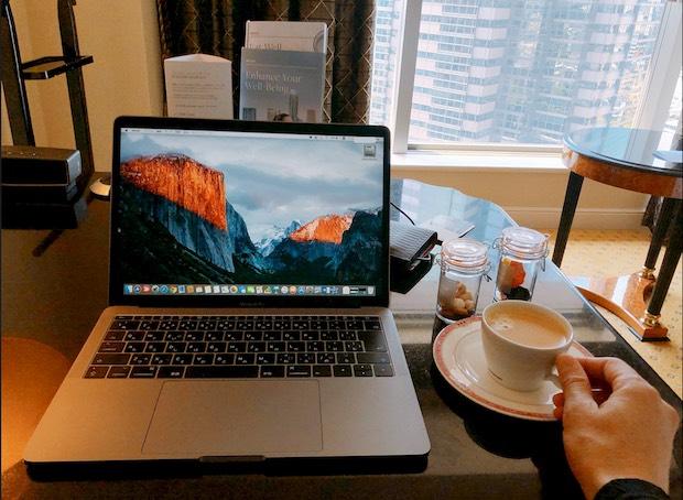 ウェスティンホテル東京でMacBookProを使って仕事やブログ記事作成を行っているシーン