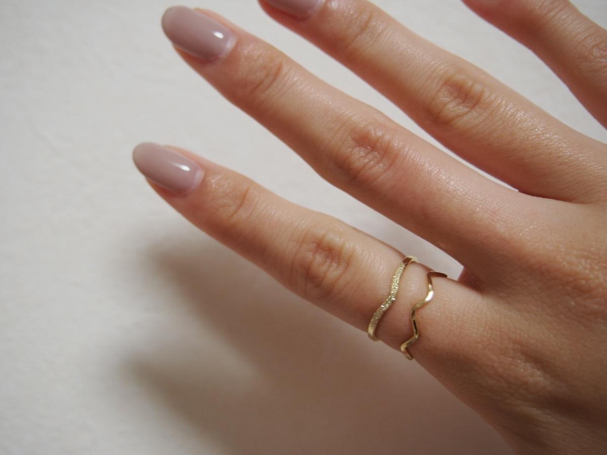 グレンタのゴールドの指輪の着画