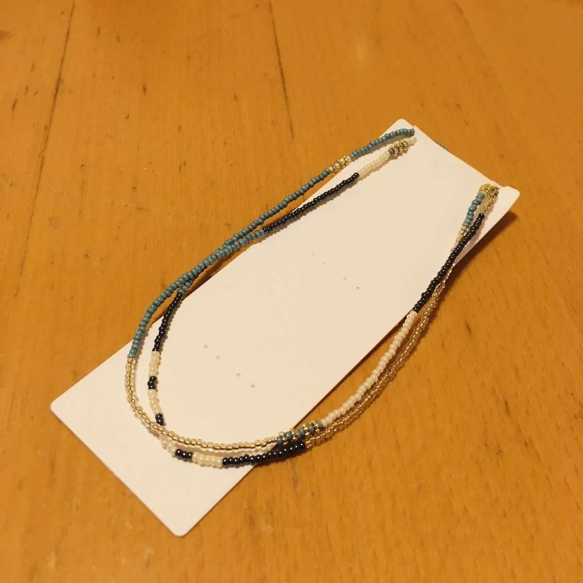 マスクホルダーを包装用台紙の上部の切れ目に引っ掛けてみたところ
