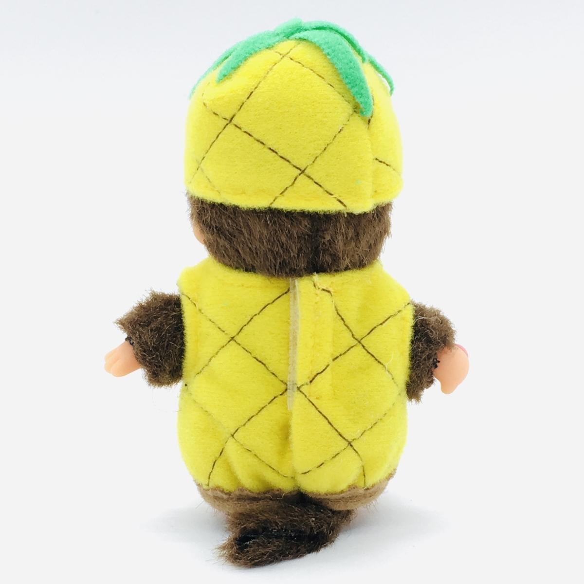 モンチッチが「沖縄県限定のパイナップルモンチッチ」の衣装を着て後ろを見ているところ