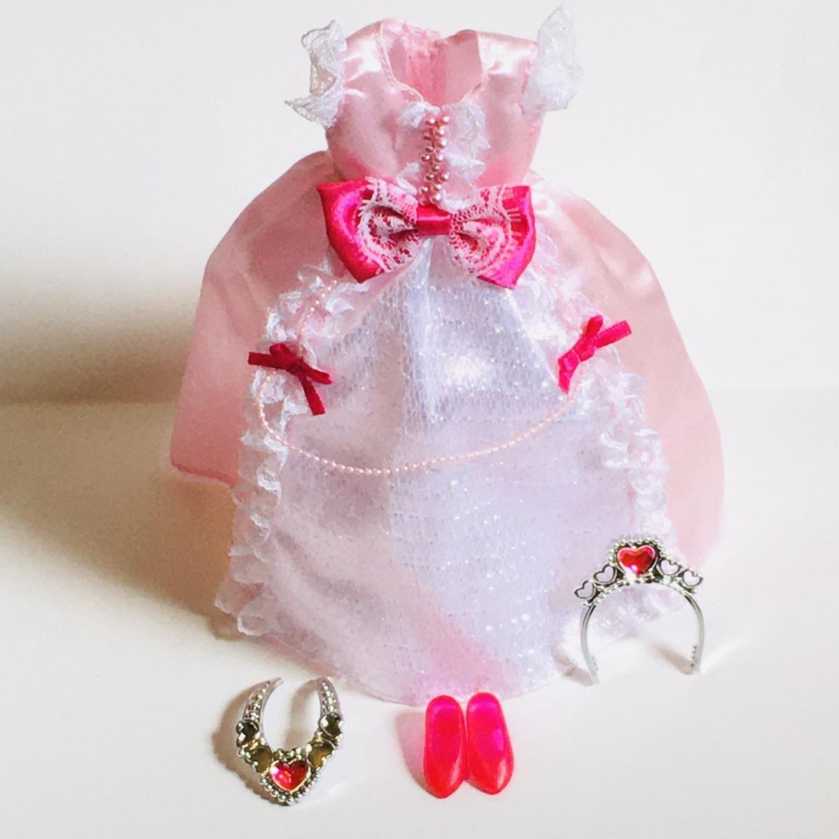 リカちゃんのドレスと靴とティアラとペンダントセット「プリンセスピンクリボン」を立たせたところ