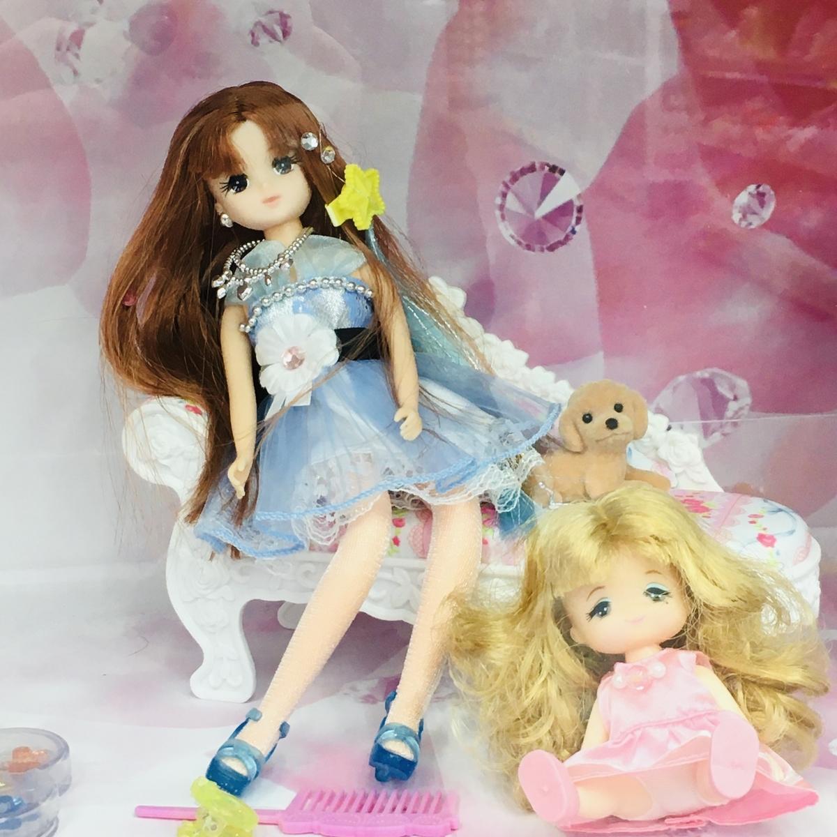ヨドバシカメラの「リカちゃん」売り場にディスプレイされたリカちゃんの友人と妹マキちゃん