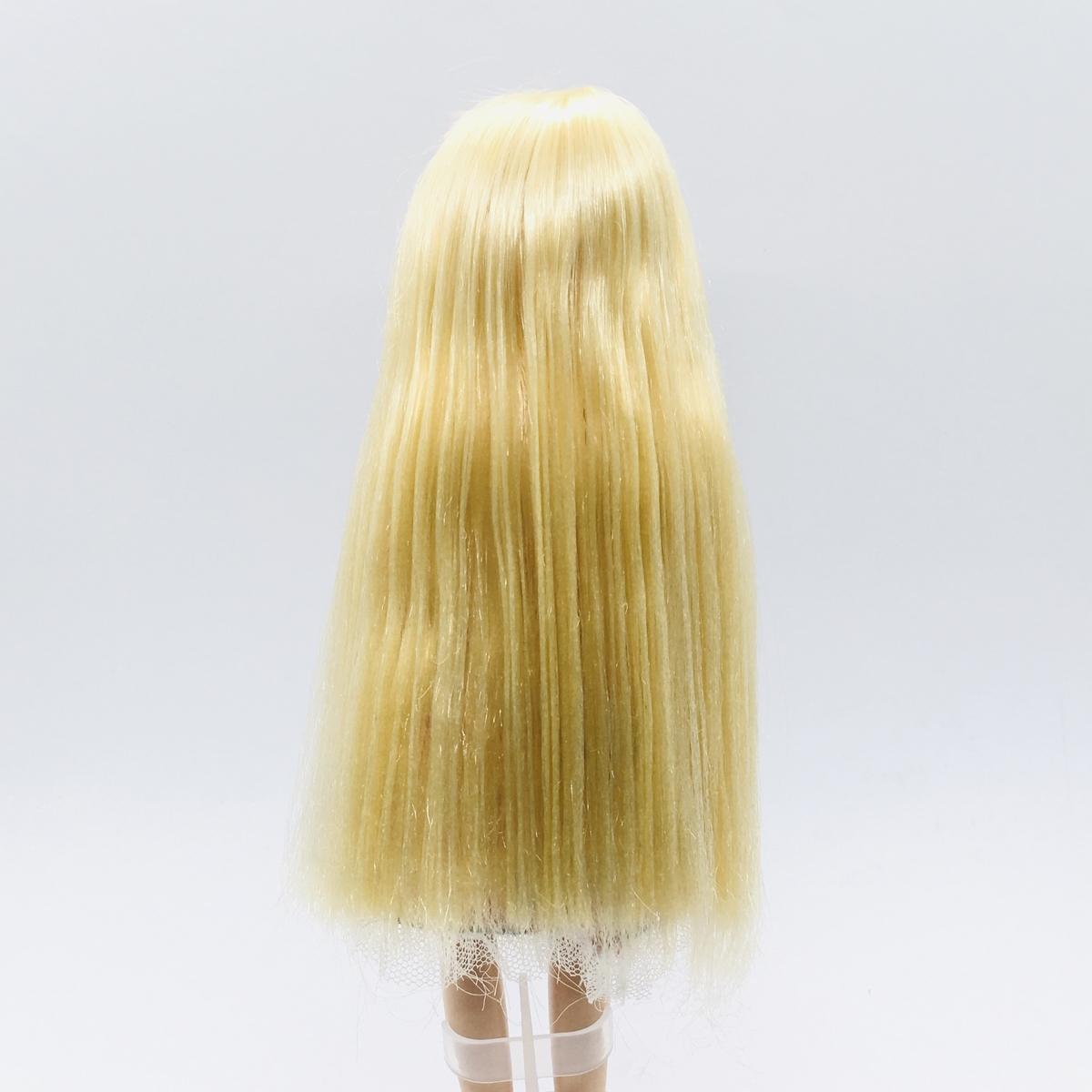 「みさきちゃん」の髪の毛にウィッグオイルをつけて濡れたような状態になっているところ