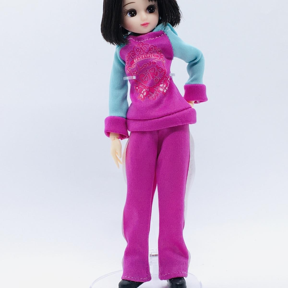 パンツを裾上げしたバービーのジャージを着るリカちゃん