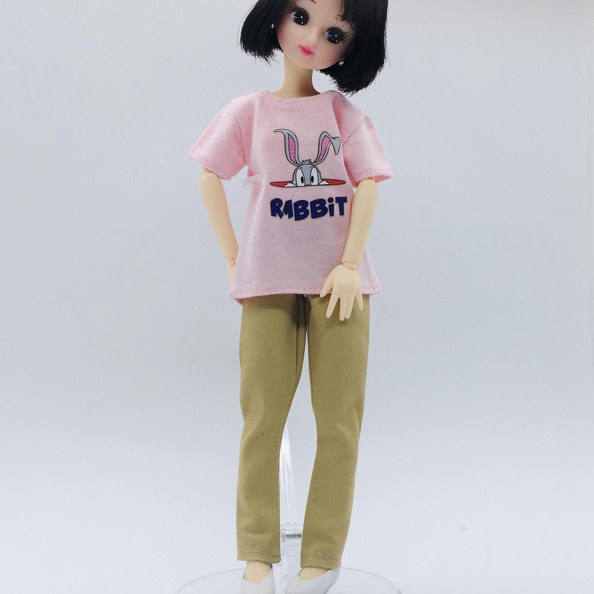 パンツの裾上げしたバービーのベージュのスリムパンツを着るリカちゃん