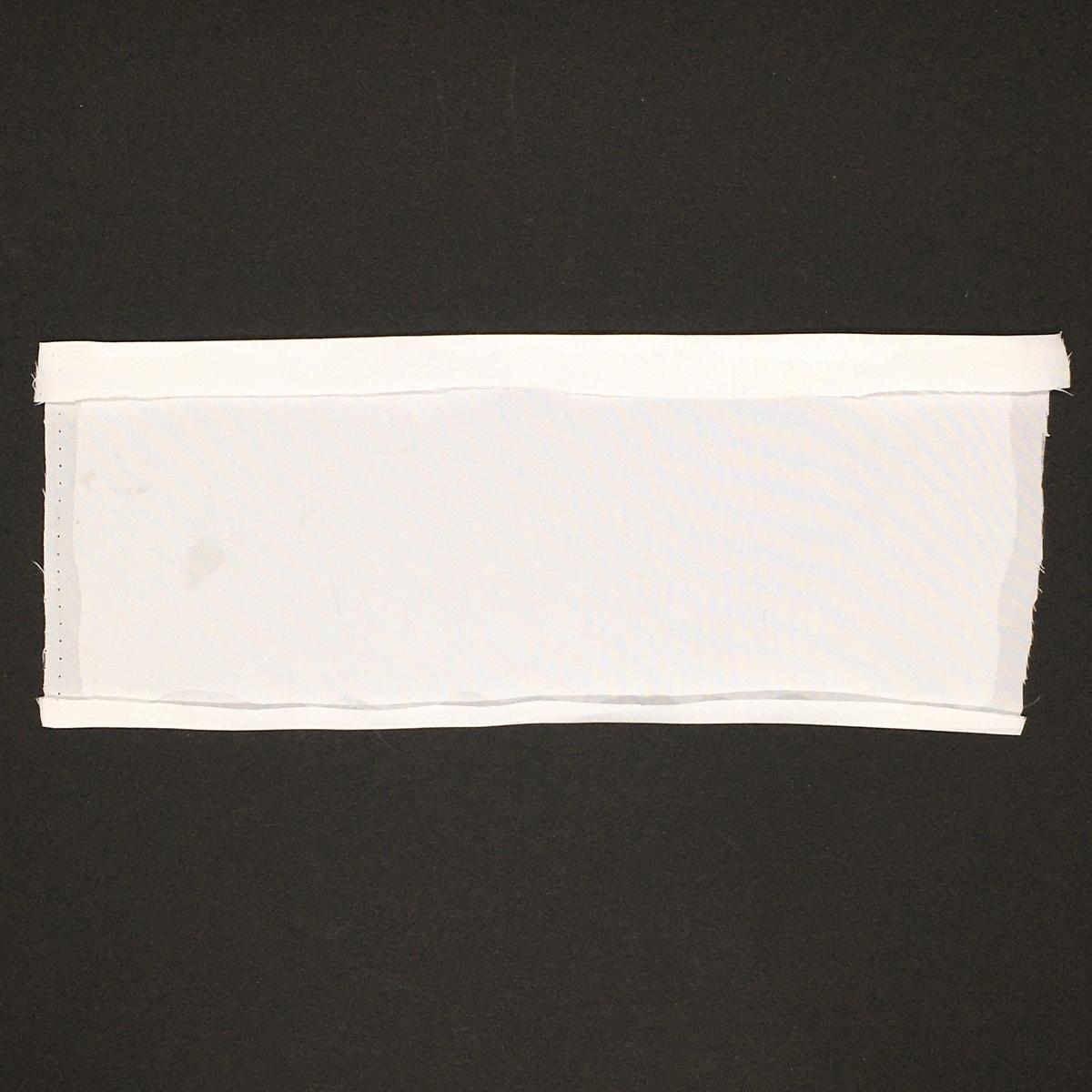 白い布の縫い代に折り目をつけたところ