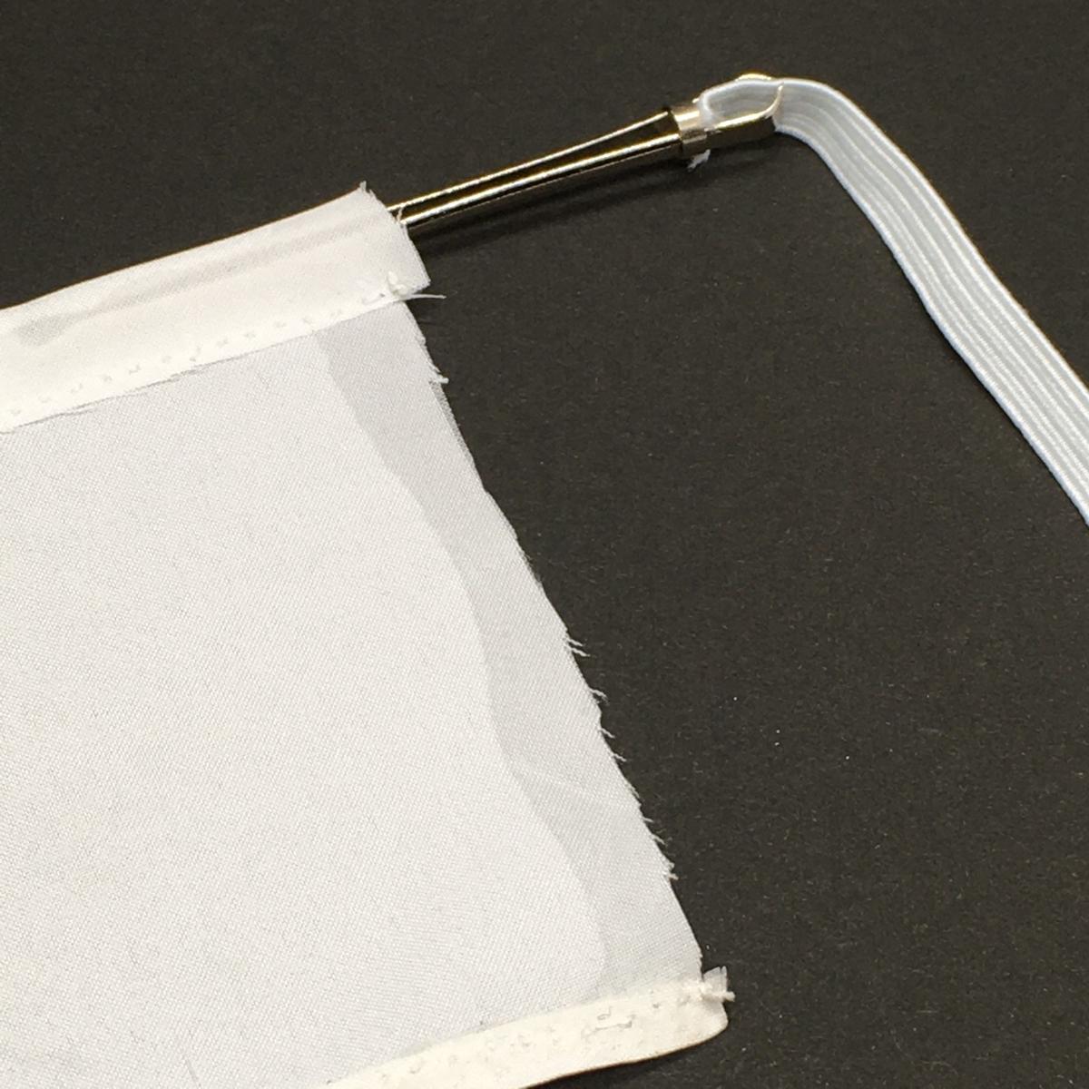 布の上部に印の部分までゴム紐を通していきます