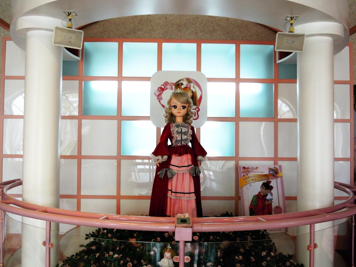 福島県小野市「リカちゃんキャッスル」正面入り口に置いてある等身大のリカちゃん人形