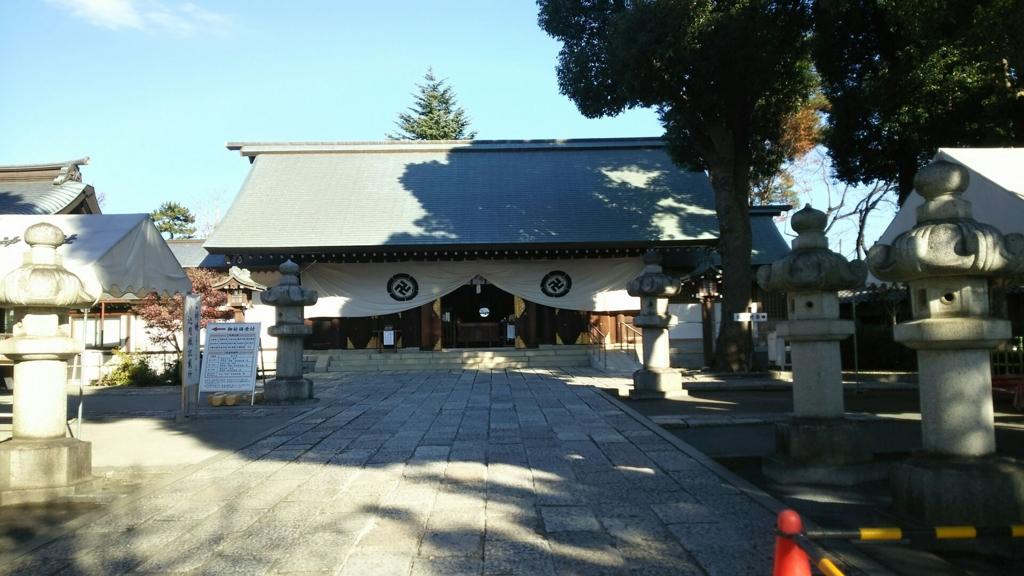 松陰神社の本堂。手前の参道の両脇に石灯籠が並んでいる。