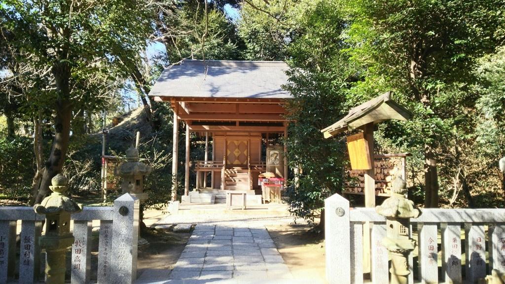 参道の終点にある葛原岡神社の本殿