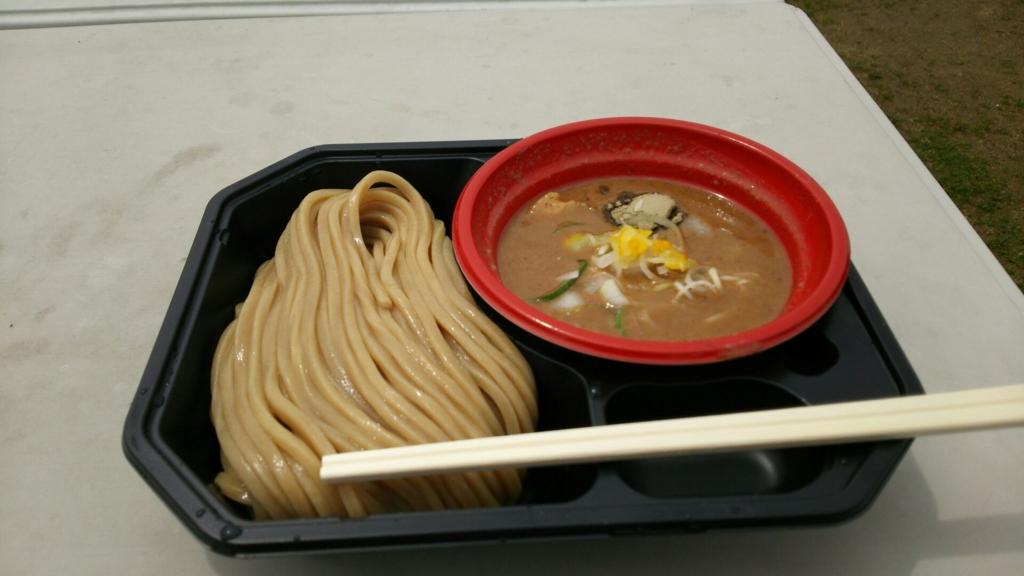 色の濃い極太麺と濃厚なスープ