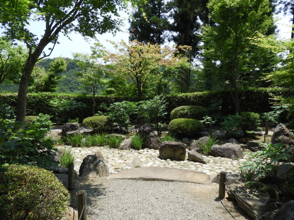 枯山水の奥にある庭園