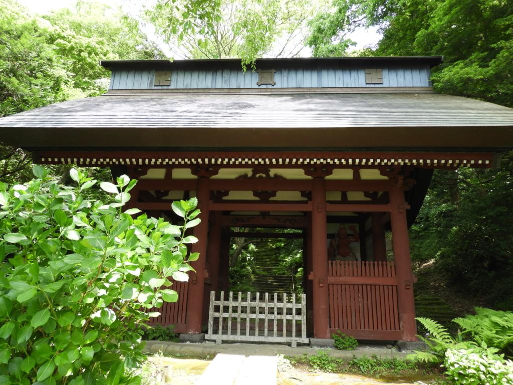 妙法寺の朱塗りの仁王門