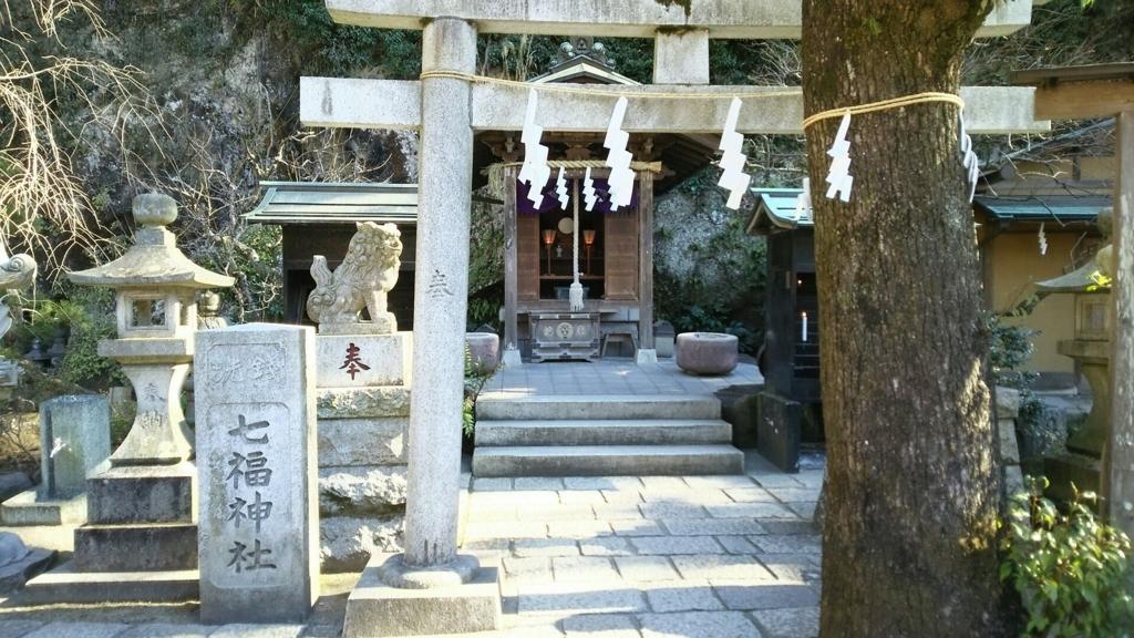ご神木の奥にある七福神社