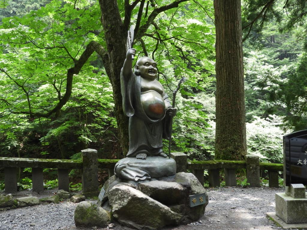 大勢の人からお腹を撫でられた榛名神社の布袋様