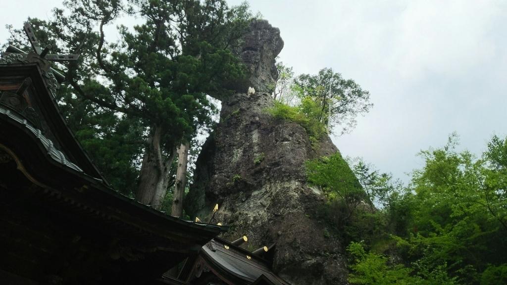 榛名神社の本殿の裏側にそびえたつ御姿岩