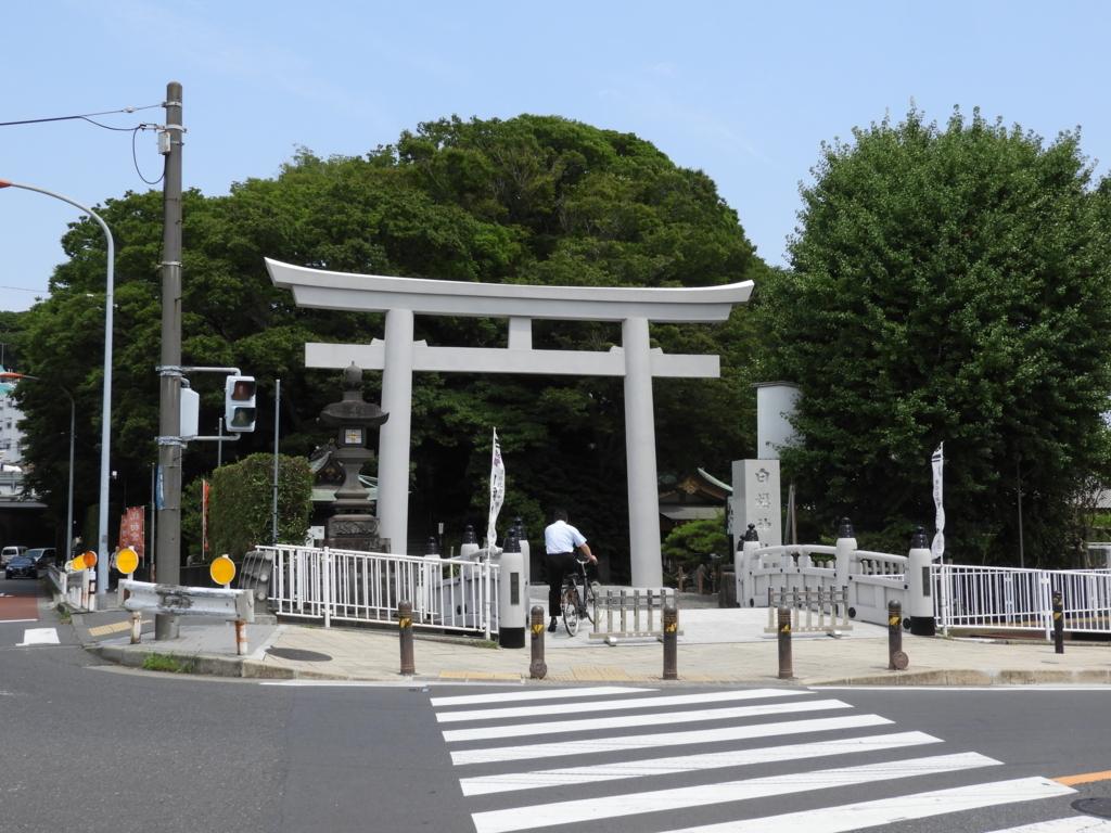 白旗神社の軽量で耐久性のあるグラスファイバー製の大鳥居