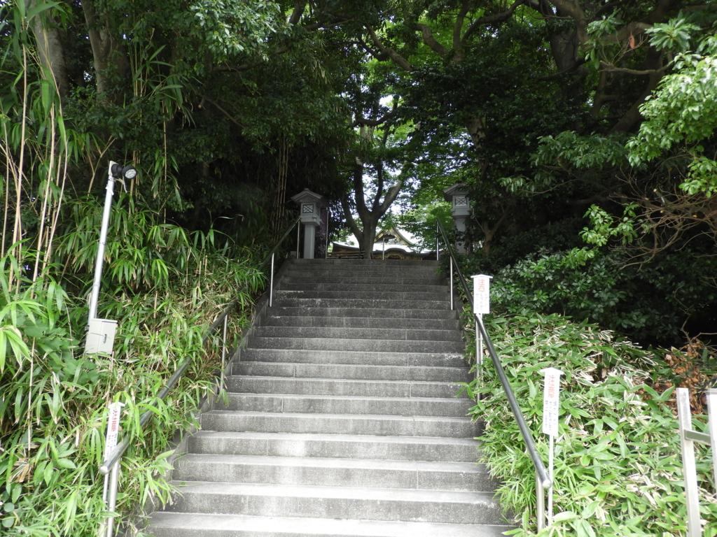 白旗神社の本殿まで続く階段
