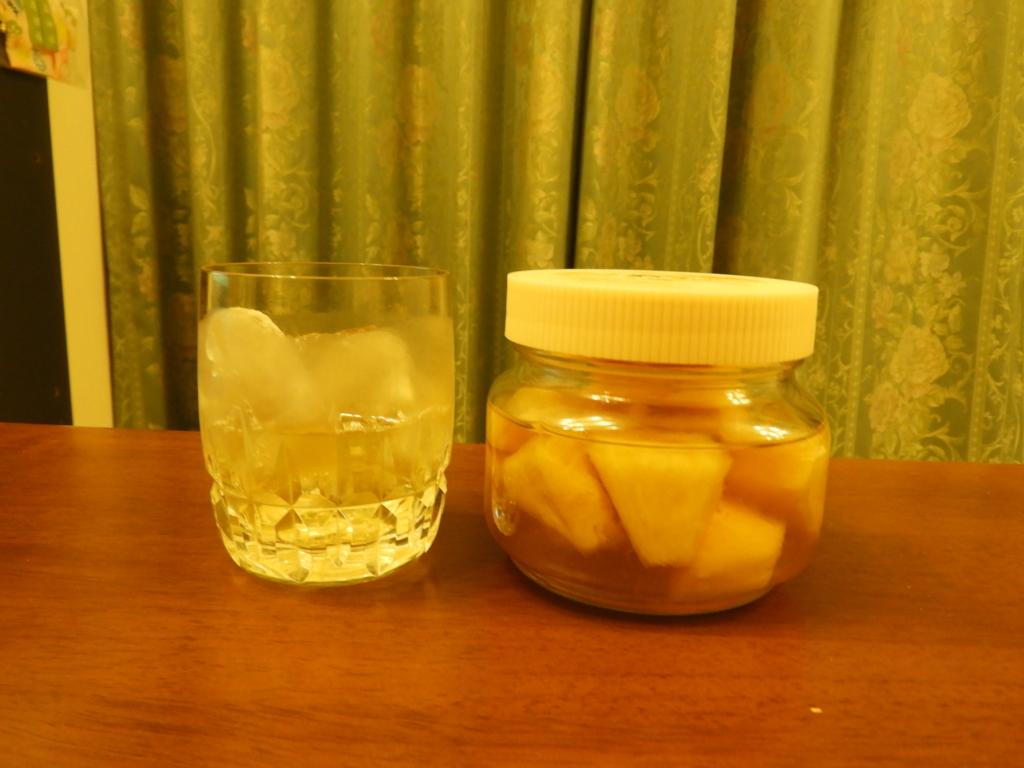 「パイナップルの漬け込みウィスキー」のロック