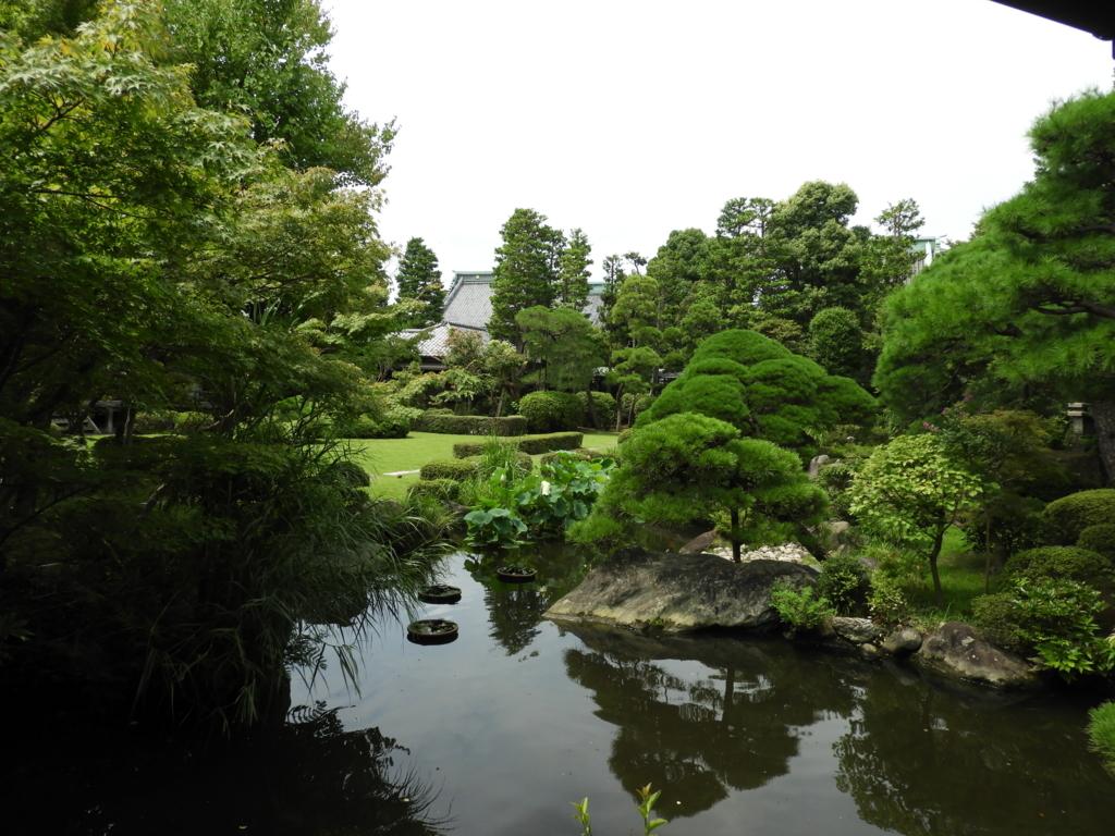 回廊から見た庭園