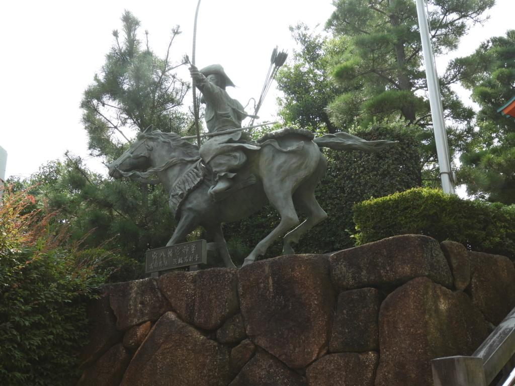 穴八幡宮の「高田馬場の流鏑馬」像