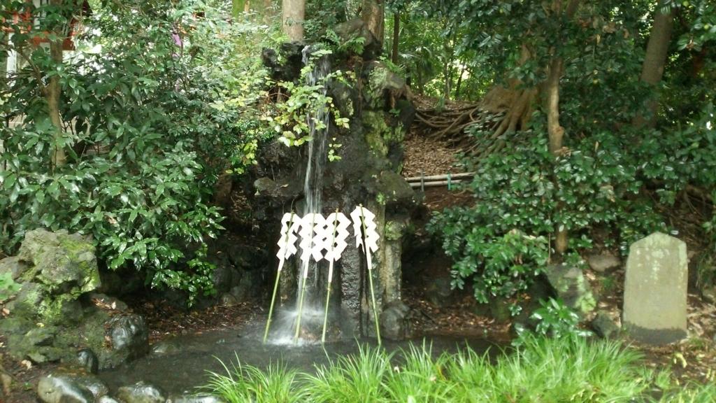 谷保天満宮境内の滝