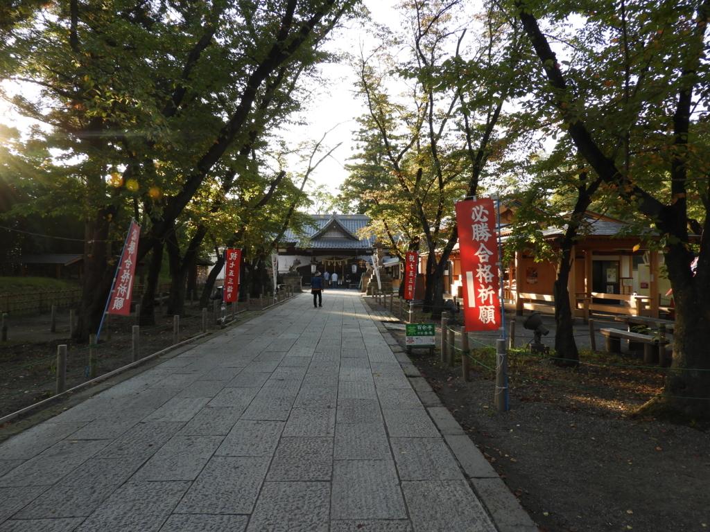 右側に御朱印所がある眞田神社の参道