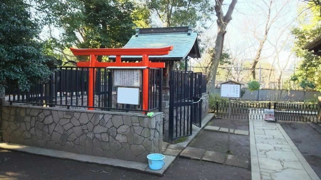栄誉権現社。柵で囲まれた中の朱色の鳥居の奥にある。右端に透塀の庇が写っている。