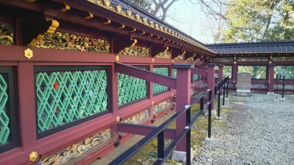 上野東照宮の透塀。中央部が格子状になっていて向こう側が透けて見え、上段と下段に動植物が描かれている。